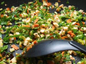 Anbraten der Gemüse- und Pilzabschnitte, (c) 2021 by Sarah