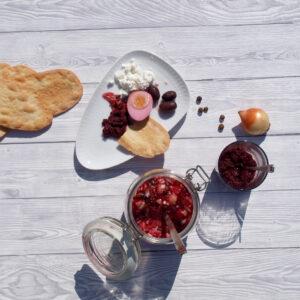 Apéro-Platte: Kwass-Eier und Oliven-Tapanade aus fermentierten Randen mit Feta und Lingue di Suocera (Foto: Sarah, 2021)
