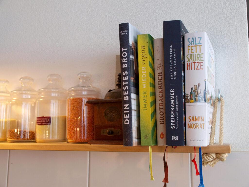 Die beliebtesten Koch- und Backbücher von Johanna und Jonas auf dem selbstgeschreinerten Regal (Foto: Sarah, 2021)