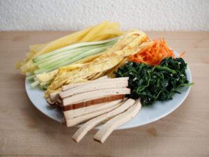 Grundzutaten: geräucherter Tofu, Spinat, Karotten, Omellette, Gurke, Danmuji (Foto: Sarah, 2021)